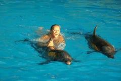 El nadar con los delfínes fotografía de archivo libre de regalías