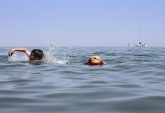 El nadar con mi perro Foto de archivo
