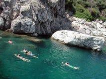 El nadar en aguas azules imagen de archivo