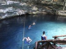 El nadar en el Cenote fotografía de archivo