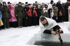 El nadar en el hielo-agujero en epifanía Foto de archivo