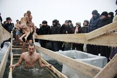 El nadar en el hielo-agujero en epifanía Imagen de archivo libre de regalías
