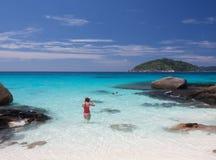 El nadar en el mar azul Imagen de archivo libre de regalías