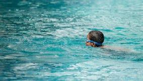 El nadar en la piscina foto de archivo