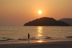 El nadar en la puesta del sol Imagen de archivo libre de regalías
