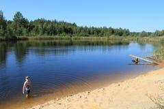 El nadar en el lago imagen de archivo