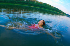 El nadar en un río con el agua potable Foto de archivo