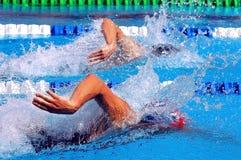 El nadar en waterpool con agua azul Imagen de archivo