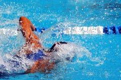 El nadar en waterpool con el wate azul Imagen de archivo
