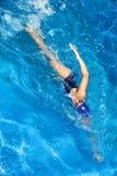 El nadar. Mujer del estilo libre Foto de archivo