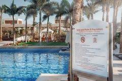 El nadar relaja la muestra de las reglas de la encuesta cerca de encuesta de la natación en hotel fotografía de archivo libre de regalías