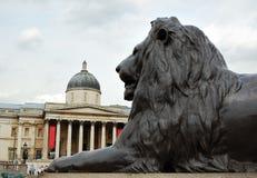 El National Gallery con un león de bronce Fotografía de archivo libre de regalías