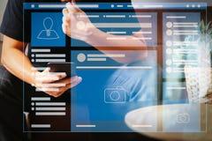 El navegador de la página web de medios sociales pagina el interfaz de VR en el ordenador portátil imágenes de archivo libres de regalías