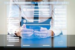 El navegador de la página web de medios sociales pagina el interfaz de VR en el ordenador portátil fotografía de archivo