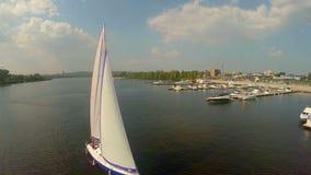 El navegar en el río ancho de la ciudad Actividades al aire libre, vacaciones de verano almacen de video
