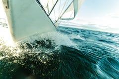 El navegar en el tiro severo del arco del barco de vela que salpica el agua imágenes de archivo libres de regalías