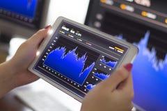 El negocio analiza en la tableta digital Foto de archivo