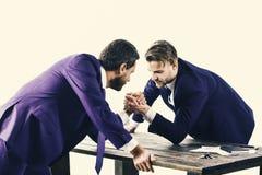 El negocio brouken Los hombres en traje o los hombres de negocios con la cara seria compiten Foto de archivo