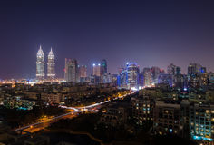 el negocio de Dubai del tecom se eleva en la noche encendida para arriba Fotografía de archivo libre de regalías