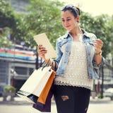 El negocio de la movilidad de las compras de la muchacha de las mujeres de la mujer empaqueta concepto Fotografía de archivo