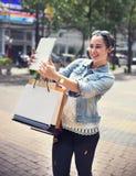 El negocio de la movilidad de las compras de la muchacha de las mujeres de la mujer empaqueta concepto Foto de archivo