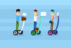El negocio Man Group monta la comunicación social de la red de la vespa de Segway del uso del ordenador portátil del teléfono ele Imagen de archivo