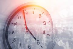 El negocio mide el tiempo de caminar apretado gente del concepto de las horas fotografía de archivo libre de regalías