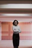 El negocio moderno, hombre de negocios femenino está trabajando en un paso subterráneo sobre una nueva idea imagen de archivo libre de regalías