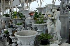 El negocio sobre tienda europea clásica del estilo del estuco y de la escultura hace compras para el hogar y cultivar un huerto d Foto de archivo