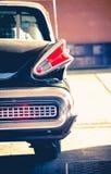 El negro clásico del viejo vintage retro cromó el aparcamiento en el stati de la gasolina imagenes de archivo