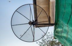 El negro de la antena parabólica instala en casa fotos de archivo