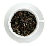 El negro deja té en taza de té Imagen de archivo libre de regalías