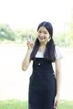 El negro hermoso adolescente del vestido de la muchacha del estudiante feliz y se relaja Imagenes de archivo