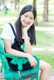 El negro hermoso adolescente del vestido de la muchacha del estudiante feliz y se relaja Foto de archivo libre de regalías