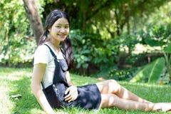 El negro hermoso adolescente del vestido de la muchacha del estudiante feliz y se relaja Imágenes de archivo libres de regalías