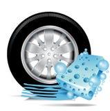 El neumático de coche con la esponja azul y el agua rastrean Fotografía de archivo
