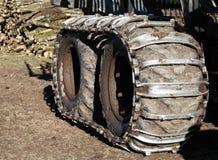 El neumático de la seguridad de vehículo sigue encadenamientos fotos de archivo libres de regalías