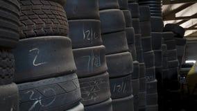 El neumático del coche de carreras estacó en un almacén almacen de video