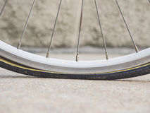 El neumático plano, rueda de bicicleta parte servicio Fotografía de archivo