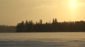 El nevar en un lago ventoso almacen de video