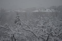 El nevar sobre una ciudad Foto de archivo libre de regalías