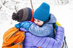 El niño abraza a la mamá fotografía de archivo libre de regalías