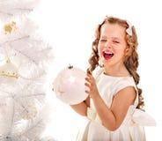El niño adorna el árbol de navidad. Fotografía de archivo libre de regalías