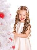 El niño adorna el árbol de navidad. Fotos de archivo