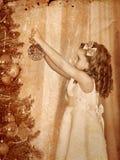 El niño adorna en el árbol de navidad Fotos de archivo libres de regalías