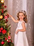El niño adorna en el árbol de navidad Fotos de archivo