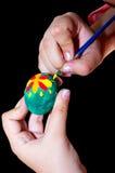 El niño adorna un huevo de Pascua Fotos de archivo libres de regalías
