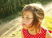 El niño agradable está llorando al aire libre Imagen de archivo libre de regalías