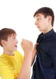 El niño amenaza al adolescente Fotos de archivo libres de regalías