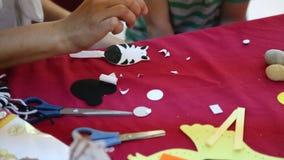 El niño aprende actividades hechas a mano almacen de metraje de vídeo